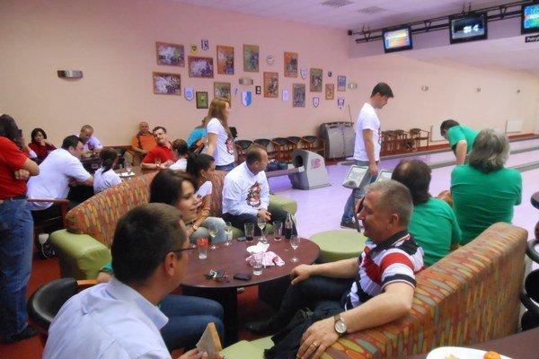 Poslanci si zahrali benefičný bowling.