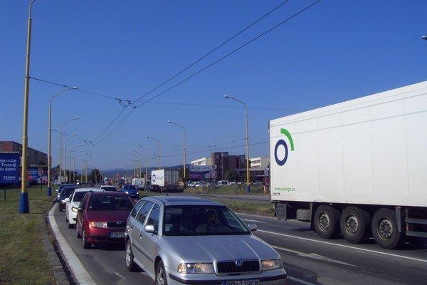 Podnikanie v doprave. Počet vozidiel na cestách medziročne stúpa.