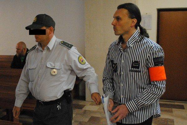 Obžalovaného M. Chovanca priviedla eskorta.
