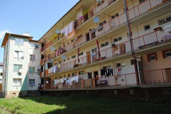 K Starej tehelni. Vo viacerých bytoch, dokonca aj v pivniciach bývali rodiny bez zmluvy.