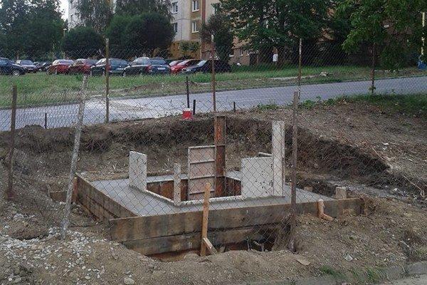 Stavba zvonice. Bude vernou kópiou starej a hotová má byť do septembra.