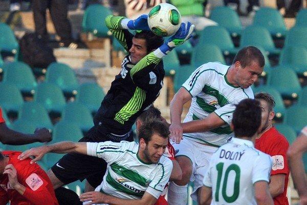 Skóroval. P. Jacko (vo výskoku vpravo) sa gólovo presadil v D. Kubíne.