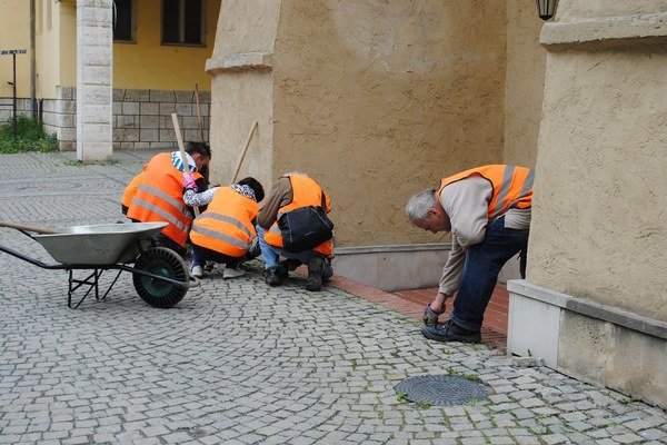 Obecné služby. Nezamestnaní pracujú prevažne pri čistení a údržbe mesta.