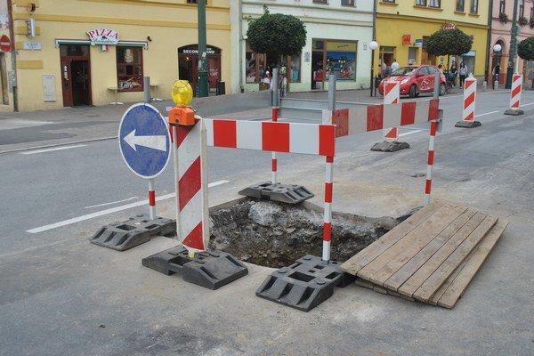 Nová diera vznikla kvôli oprave kanalizácie.