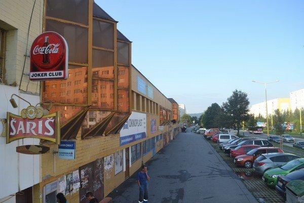 Sídlisko Šváby. Väčšina kaviarní je pod oknami bytoviek.