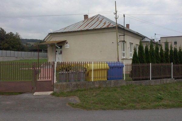 Budova školy. Obec chce modulovú školu, má však voľný len pozemok pri osade.