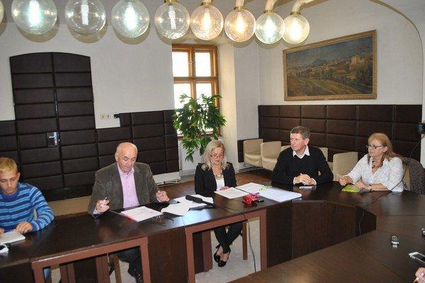 Volebná komisia. Predseda J. Balún informoval o zaregistrovaní všetkých poslaneckých kandidátov.
