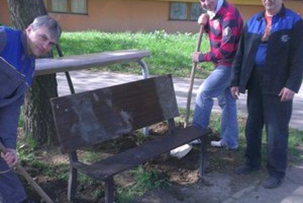L. Novomeského a Oravská ulica. Osadili nové lavičky a koše.