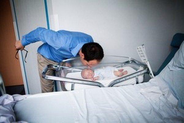 Trend posledných dvadsiatich rokov: otcovia sú s deťmi už od pôrodu.