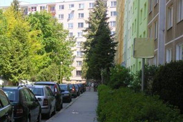 Sídlisko III. Obyvatelia netušia, koľko sa za obnovu chodníkov z ich daní platí.