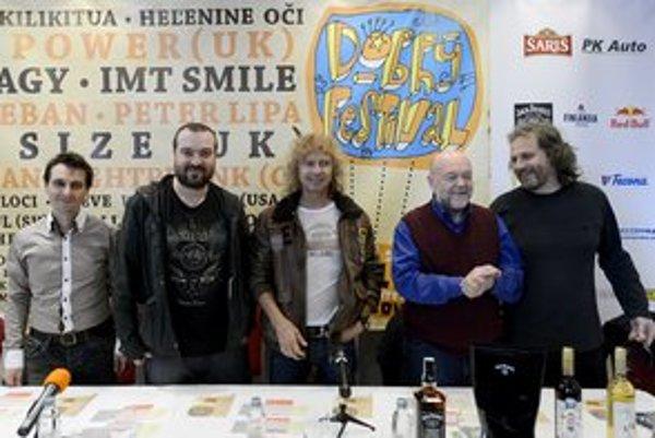 Zľava organizátor Dobrého festivalu Miroslav Tásler, líder skupiny I.M.T.SMILE Ivan Tásler, spevák Peter Nagy a hudobníci Peter Lipa a Andrej Šeban.
