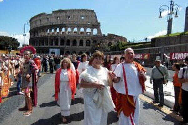 Štefan Sárossy s manželkou kráčali Rímom v dobových kostýmoch.
