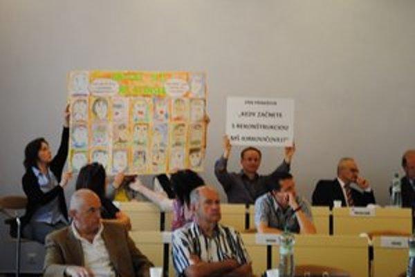 Na zastupiteľstve. R. Milčo s transparentom o MŠ Jurkovičova.