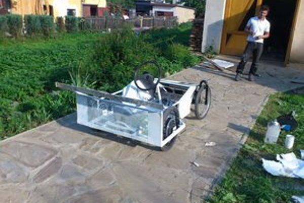 Elektromobil. Jeho vyrobenie trvalo študentom pár mesiacov.