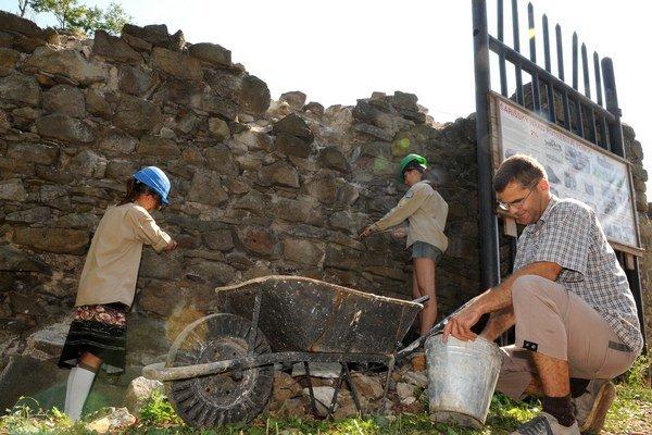 Hradní pracovníci sa museli zaobísť bez elektriny.
