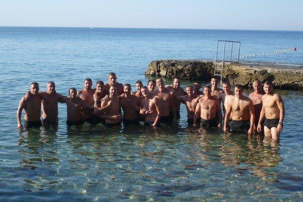 Z vody do haly. V Chorvátsku si hádzanári užili tréningového drilu i šantenia vo vode. Teraz už opäť zarezávajú v hale.