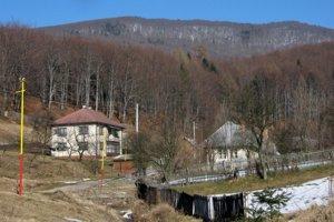Zlatá Baňa leží uprostred hôr.