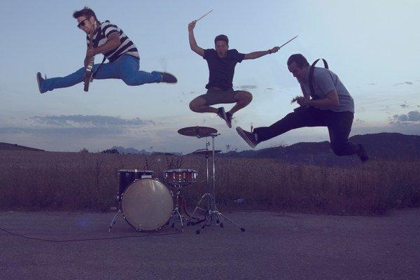 Z nahrávania videoklipu. V pesničke je príbeh, v prostredí zákutia regiónu, odkiaľ kapela pochádza.