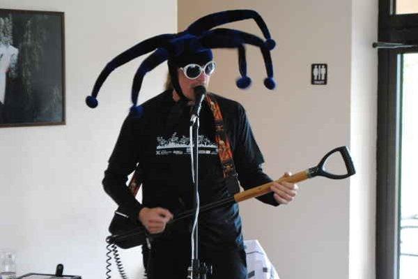 """Branislav Jobus. Zahral na """"jednotnej roľníckej gitare""""."""