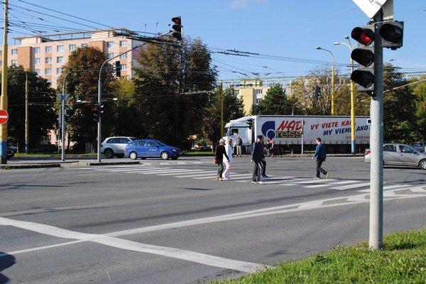 Križovatka. Chodci a cyklisti už nebudú prechádzať cez komunikáciu, ale nad cestou.