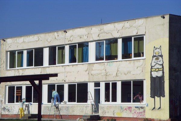 Nové okná. Upratovačky ich okamžite umývajú, aby sa deti mohli do tried vrátiť.