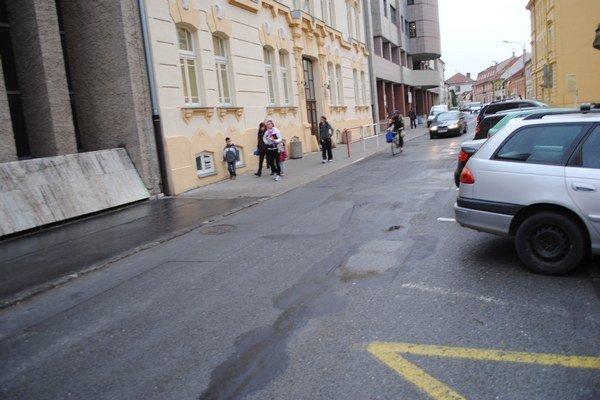 Jarková ulica. Aj na nej majú opravovať výtlky.