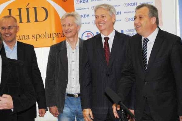 Ešte usmievaví. Pri predstavovaní spoločného kandidáta, zľava Matej, Vokál, Hudacký, Zajac.