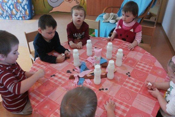 Deti pripravujú výrobky na trhy.