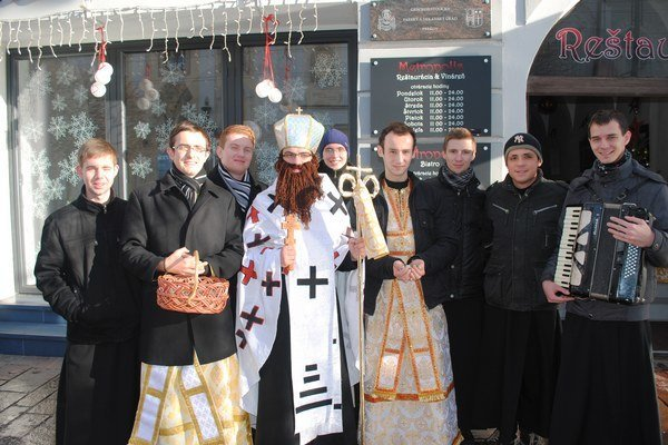 Biskup Mikuláš s družinou. Bohoslovci z gréckokatolíckeho seminára potešili okoloidúcich.