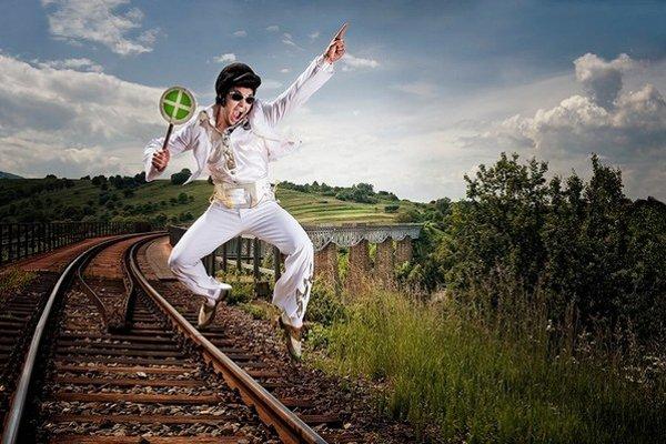 Jedna z víťazných fotografií. Matej Lacko ako Elvis na viadukte z hudobnej rozprávky Malá čarodejnica na viadukte v Hanušovciach nad Topľou.