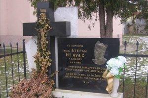 V obci Hermanovce pri Kostole sv. Alžbety Uhorskej je pochovaný kňaz Štefan Hlaváč, ktorý tu pôsobil od roku 1957.