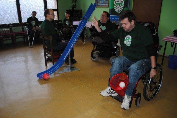 Boccia - boča. Hrať ju môžu ľudia s rôznym stupňom postihnutia.