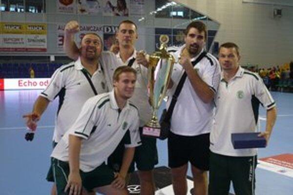 Cenná trofej. Okrem pohára kapitán Tatrana R. Antl (vpravo) prebral aj cenu pre najlepšieho hráča turnaja.