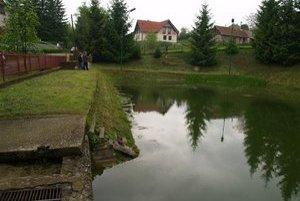 Rybník v dedine. Vznikne tu oddychová zóna a multifunkčné ihrisko.