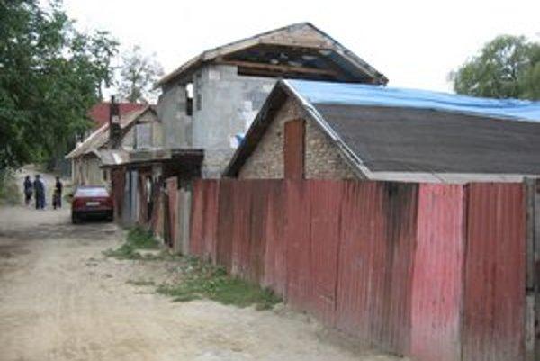 Čipkárska ulica. Úradníci stavbu zastavili a vyzvali majiteľa, aby predložil doklady.