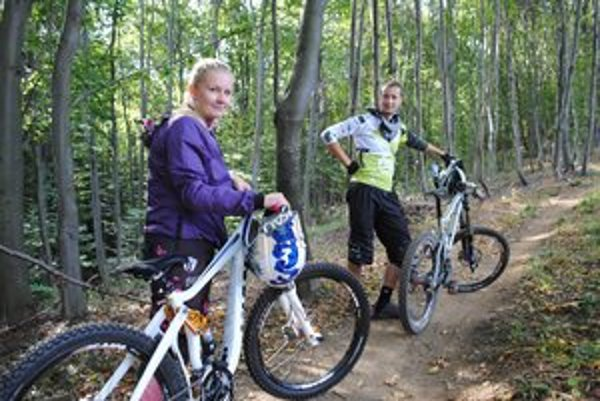 Čuňku chvália. Cyklisti M. Poklembová a M. Korýtko.