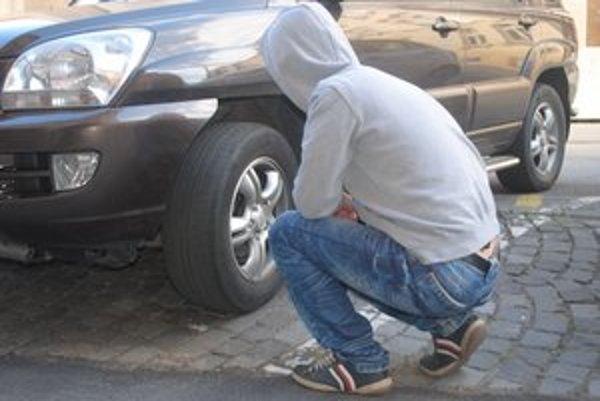 Prezúvanie pneumatík. Ľudia sa do toho ešte nehrnú.