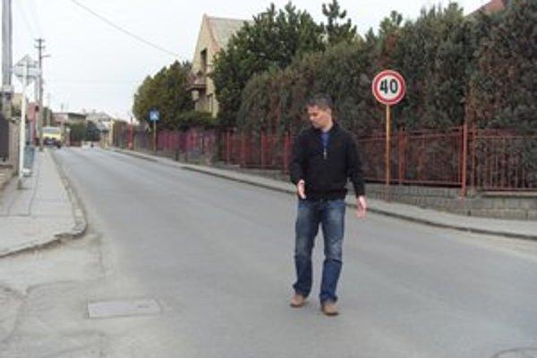 Poslanec M. Benko ukazuje časť, kde sa stretávajú výjazdy zo štyroch ulíc, zebry chýbajú.