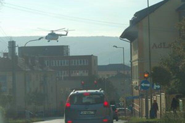 Pristávanie nad väznicou. Príslušníci väzenskej stráže cvičili prelet v závese vrtuľníka.