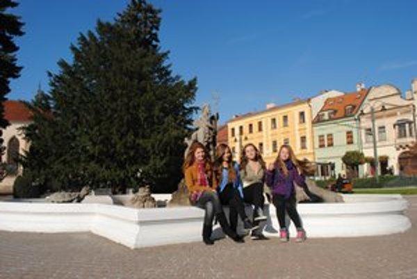 Dievčatá pri Neptúnovej fontáne. Zľava Alžbeta Olejnárová, Denisa Richteriková, Petra Goffová a Petra Straková.