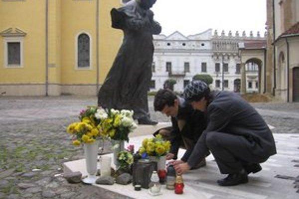 Prešovčania v čase Dušičiek spomínajú aj blahoslaveného pápeža Jána Pavla II. Sviečky horia pri jeho soche v centre mesta.