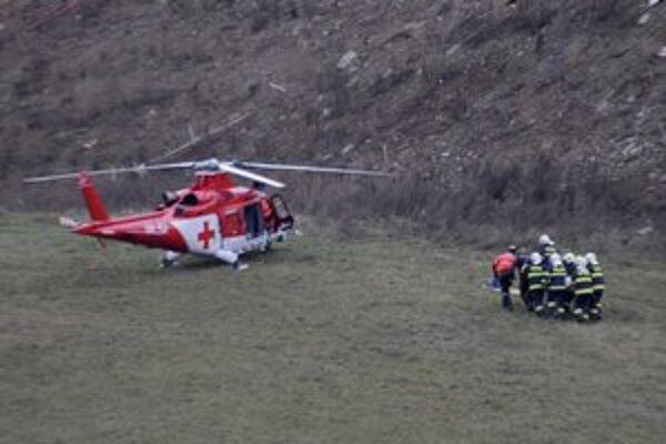 Záchranári v akcii po páde mosta.
