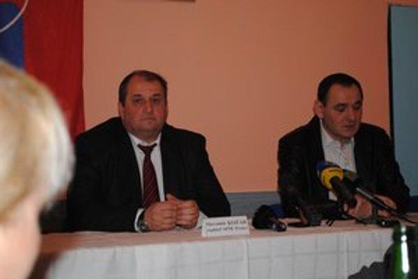 P. Chudík a S. Kožár. Župan rozdelí školám peniaze, o ich použití musia rozhodnúť riaditelia.