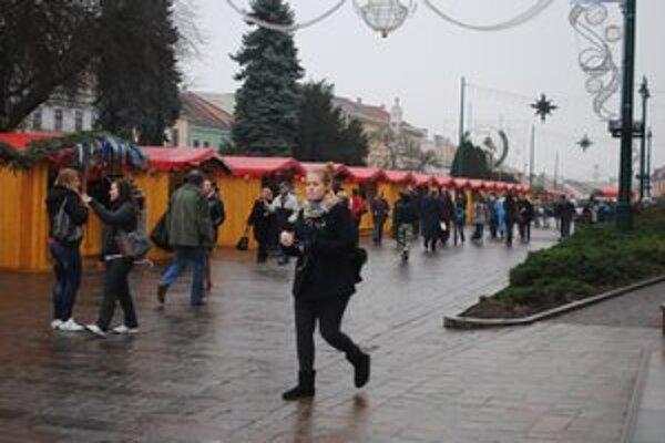 Vianočné trhy. Prešovčania nakupujú, zadlžovať sa nechcú.
