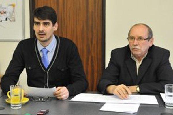Zľava: Poslanci MsZ v Prešove Peter Krajňák (Most- Híd) a Stanislav Ferenc (KDH) hodnotia prácu poslancov po prvej polovici funkčného obdobia.