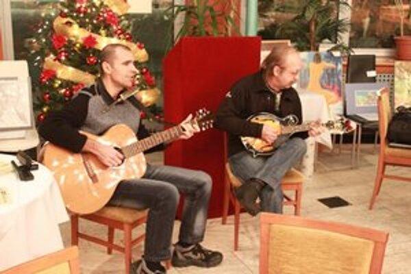 Hudobníci. Pavol Matej a Štefan Fekete dotvorili atmosféru aukcie.