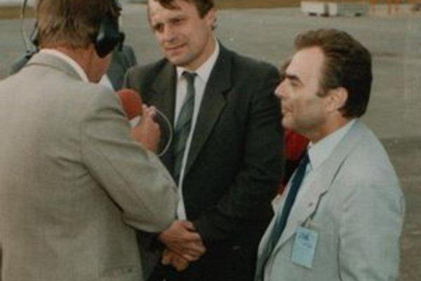 Juraj Kollár, na snímke vpravo, pri otvorení velodrómu s olympijským víťazom A. Tkáčom a reportérom M. Michaličom.