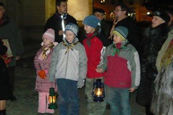 Betlehemské svetlo. Ľudia prišli s lampášmi, aby si ho odniesli aj domov.