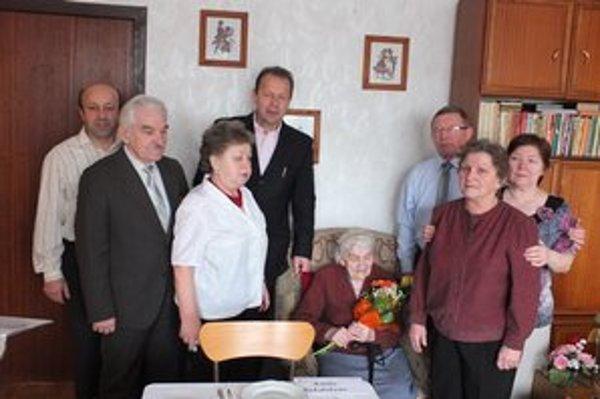 Oslávenkyňa s rodinou. Všetci sa z pani Margity tešia.