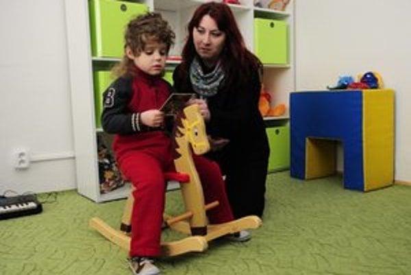 Na snímke takmer 5-ročné autistické dieťa a sociálna pracovníčka Denisa Baranová.
